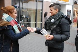Annika Klein (rechts) in Aktion. Sie hat die Idee für die Aktion. (Foto: Uta Garbisch)